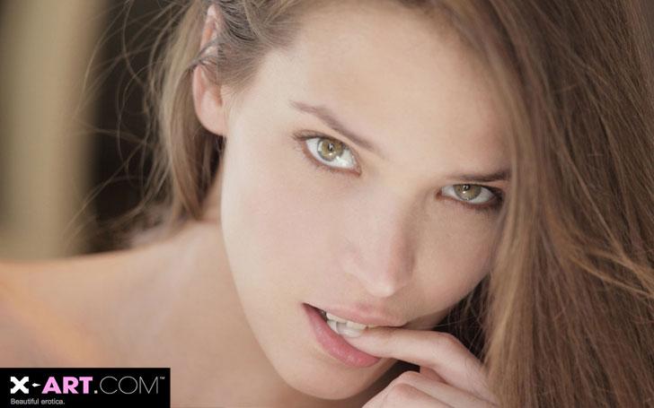 brunettes-women-closeup-eyes-models-lips-xart-magazine-faces-silvie-finger-in-mouth-silvie-de-lux_www_wallpaperfo_com_52