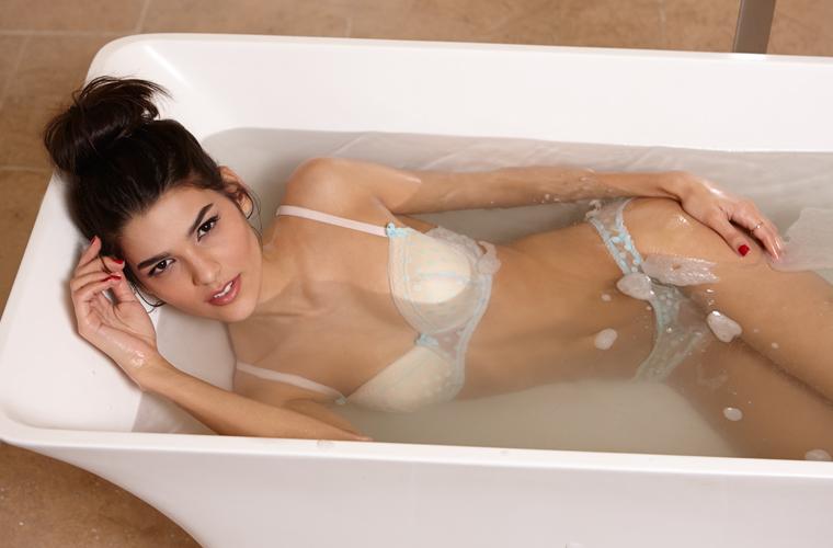 Girlfriend-Nathalia-bath